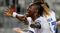 Dame N'Doye z FC Kodaň oslavuje vítězný gól spoluhráče Skova v utkání proti Bordeaux.