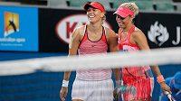 Deblistky Andrea Hlaváčková (vpravo) s Lucií Hradeckou si zahrají na Australian Open finále.
