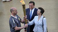 Britská princezna Anna přebírá olympijskou pochodeň