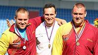 Trojice aktuálně nejlepších českých koulařů na snímku z mistrovství republiky v Ostravě, zleva Tomáš Staněk, Jan Marcell a Ladislav Prášil.