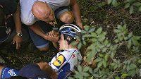 Zraněný cyklista Remco Evenepoel po těžkém pádu v závodu Kolem Lombardie.