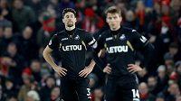 Zklamaní fotbalisté Swansea po výprasku od Liverpoolu.