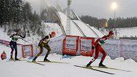 Německý sdruženář Jan Schmid (vlevo), Němec Eric Frenzel a Akito Watabe z Japonska. v závodu Světového poháru v Lahti.
