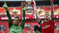 Lukasz Fabianski (vlevo) bude v příští sezóně slavit se Swansea.