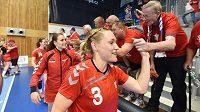 Česká házenkářka Jana Knedlíková (vpředu) po vítězném zápase s Ukrajinou.