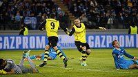 Fotbalisté Dortmundu Lukasz Piszczek (druhý zprava) a Robert Lewandowski (č. 9) se radují z gólu na hřišti Zenitu Petrohrad.