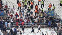 Srocování fanoušků po zápase Anglie - Rusko.