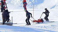 Pomocníci odvážejí skikrosaře Tomáše Krause, který upadl během mistrovství světa.