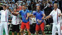 Čeští tenisté Radek Štěpánek (druhý zprava), Tomáš Berdych (uprostřed) a kapitán Jaroslav Navrátil (vpravo) oslavují vítězství po třetím utkání semifinále Davis Cupu nad argentinským párem Carlos Berloq a Horacio Zeballos.