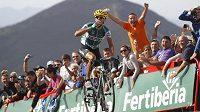 Antonio Piedra protíná vítězoslavně cíl 15. etapy Vuelty.