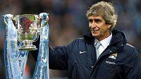 Manažer Manchesteru City Manuel Pellegrini s trofejí pro vítěze anglického Ligového poháru.