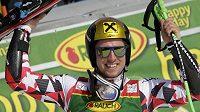 Marcel Hirscher slaví po druhém kole v Kranjske Goře.