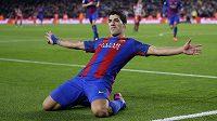 Barcelonský kanoný Luis Suárez po gólu proti Atlétiku.