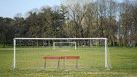 Fotbalová hřiště jsou prázdná, ilustrační foto.