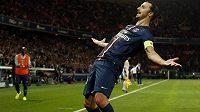 Útočník Paris St. Germain Zlatan Ibrahimovic slaví gól proti St. Étienne.