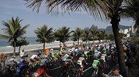 Pole cyklistů poblíž Ipanema beach při hromadném olympijském závodě v Riu.