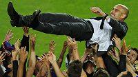 Pep Guardiola se při emotivním loučení také proletěl...
