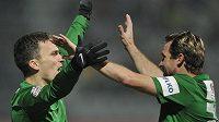 Jablonecký útočník David Lafata (vlevo) a záložník Tomáš Čížek se radují z gólu.