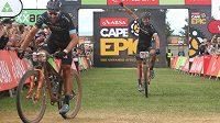 Kristián Hynek (vpravo) a Alban Lakata v cíli třetí etapy Cape Epic.