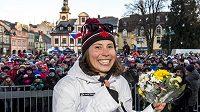 Stovky lidí přivítaly na náměstí ve Vrchlabí olympioniky, kteří pocházejí z podkrkonošského města. První na podiu vystoupila bronzová snowboardkrosařka Eva Samková (na snímku).