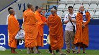 Budhističtí mniši jsou tajnou zbraní týmu z Leicesteru. Na snímku žehnají stadiónu nováčka Premier League.