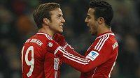 Thiago (vpravo) a Mario Götze oslavují gól Bayernu.