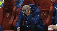 Zdrcený kouč Arsenalu Arsene Wenger během porážky od Monaka.