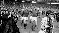 Jack Charlton (vpravo) s trofejí pro anglické mistry světa po finálové výhře 4:2 nad SRN v roce 1966.