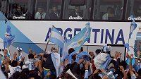 Argentinští fanoušci vítají národní tým po návratu z MS.
