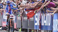Diváci vítají v cíli Češku Kateřinu Nash, která skončila sedmá.