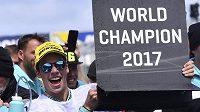 Španělský motocyklista Joan Mir slaví titul ve třídě Moto 3 po vítězství ve Velké Ceně Austrálie.