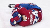 Hokejový útočník Phillip Danault z Montrealu, kterého v sobotním utkání NHL trefil pukem do hlavy obránce Bostonu Zdeno Chára, zůstal zraněný na ledě a nakonec skončil v nemocnici. Odtud už jej ale lékaři propustili.