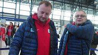 Šéftrenér českých atletů Tomáš Dvořák (vlevo) při odletu do Birminghamu spolu s dalším koučem Františkem Ptáčníkem.