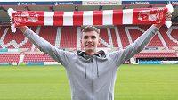 Dvacetiletý fotbalový brankář Matěj Kovář odešel z Manchesteru United na roční hostování do třetiligového Swindonu Town.