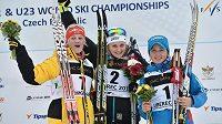 Stina Nilssonová ze Švédska se raduje ze zlaté medaile na MS juniorů v Liberci spolu se stříbrnou Němkou Carlovou a bronzovou Ruskou Oščepkovou.