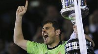 Kapitán Realu Iker Casillas s trofejí pro vítěze Copa del Rey.
