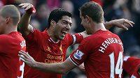 Útočník Liverpoolu Luis Suátez se raduje ze své první branky proti Cardiffu se svým spoluhráčem Jordanem Hendersonem (vpravo).