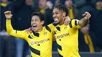 Fotbalisté Dortmundu Pierre-Emerick Aubameyang a Shinji Kagawa (vlevo) se radují v utkání s Freiburgem.