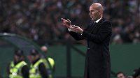 Zinedine Zidane uděluje taktické pokyny.