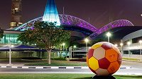 V Kataru se bude konat mistrovství světa v roce 2022. Dělníci však mají v dějišti fotbalového svátku mizerné podmínky.