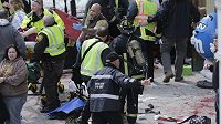 Bostonští záchranáři pomáhají zraněným.