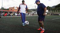 Slavný Diego Maradona (vpravo) sleduje fotbalové umění venezuelského prezidenta Nicolase Madura.