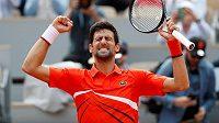 Novak Djokovič má zatím na French Open důvod k radosti, bez ztráty setu už je ve čtvrtfinále.