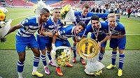 Fotbalisté Zwolle s trofejí Johana Cruijffa pro vítěze nizozemského Superpoháru.