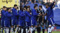 Fotbalisté Chelsea slaví gól.