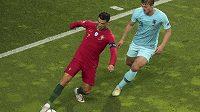 Nizozemský reprezentant Matthijs de Ligt(vpravo) v souboji s Portugalcem Cristianem Ronaldem. Brzy by se tito dva fotbalisté mohli stát spoluhráči v Juventusu Turín.