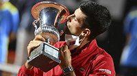 Novak Đjokovič s trofejí pro vítěze turnaje v Římě.