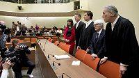 Bernie Ecclestone (druhý zprava) se svými právníky před začátkem soudního jednání v Mnichově.