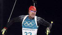 Olympijský vítěz ve sprintu na 10 km z Pchjončchangu Němec Arnd Peiffer v cíli závodu.
