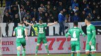 Obránce Ludogorce Cosmin Moți oslavuje proměněnou penaltu před domácími fanoušky klubu Levski Sofia.
